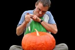Jeune type mangeant un potiron Image libre de droits