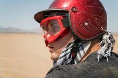 Jeune type pendant l'excursion de désert par le quadruple - homme dans le casque et l'aventure vêtx des scénarios exotiques - con Image stock