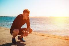 Jeune type se reposant après séance d'entraînement photo stock