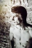 Jeune type fort posant avec le torse nu Image stock