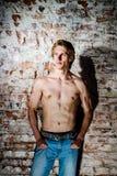Jeune type fort posant avec le torse nu Images stock