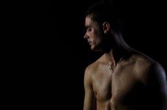 Jeune type sexy sans chemise Image libre de droits