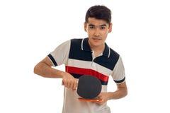 Jeune type tenant des raquettes de tennis et regardant directement Photographie stock