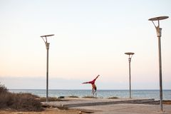 Jeune type traing sur la promenade de Protaras, Chypre, septembre 2018 photo libre de droits