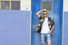 Jeune urbain façonné dans le mur bleu photographie stock