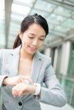 Jeune utilisation de femme d'affaires de montre intelligente Photo stock