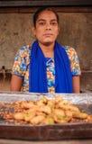 Jeune vendeur féminin indien Photographie stock libre de droits