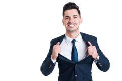 Jeune vendeur puissant et sûr ouvrant sa veste de costume photographie stock libre de droits