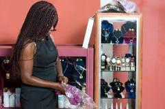 Jeune vendeuse dans son magasin photographie stock libre de droits