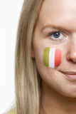 Jeune ventilateur de sports femelle avec l'indicateur italien peint Photographie stock