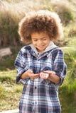 Jeune ver de terre de fixation de garçon à l'extérieur photo libre de droits