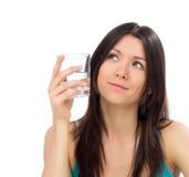 Jeune verre heureux de boissons de femme d'eau potable et de regarder t photos stock