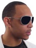 Jeune verticale d'homme de couleur dans des lunettes de soleil Photographie stock libre de droits