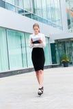 Jeune verticale de femme d'affaires Photos libres de droits