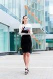 Jeune verticale de femme d'affaires Photo libre de droits