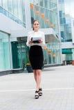 Jeune verticale de femme d'affaires Images libres de droits