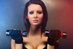 Jeune verticale de femme de forme physique Photo libre de droits