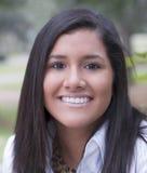 Jeune verticale de l'adolescence de fille de Latina avec le sourire Image libre de droits