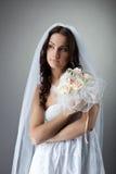Jeune verticale de mariée de beauté avec le groupe de fleurs Photographie stock libre de droits
