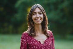 Jeune verticale de sourire de femme Image stock