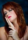 Jeune verticale femelle d'une chevelure rouge occasionnelle Images stock