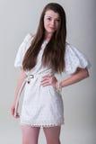 Jeune verticale heureuse de femme d'isolement sur le beauti blanc de fond images stock