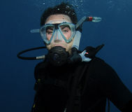Jeune verticale mâle de plongeur autonome Photo stock