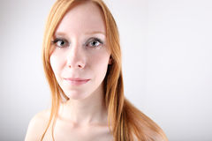 Jeune verticale rousse de fille Images libres de droits