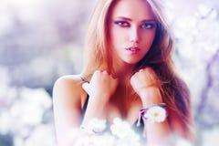 Jeune verticale sexy de femme photo stock
