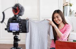 Jeune vidéo femelle asiatique de vlog d'enregistrement de blogger avec le caillot d'examen image stock
