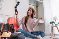 Jeune vidéo femelle asiatique de vlog d'enregistrement de blogger avec le phone mobile images libres de droits