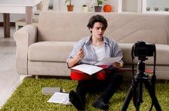 Jeune vid?o de enregistrement de joueur de guitare pour son blog images libres de droits