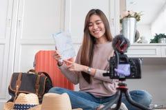 Jeune vid?o femelle asiatique de vlog d'enregistrement de blogger avec des vacances pr?parant pour voyager voyage ? la maison inf photos libres de droits