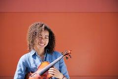 Jeune violon se tenant femelle sous le bras Images libres de droits
