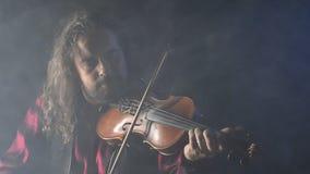 Jeune violoniste doué créant la musique avec son violon banque de vidéos