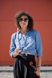 Jeune violoniste féminin tenant les lunettes de soleil de port d'instrument Image stock