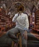 Jeune violoniste masculin dans la bibliothèque de fantaisie photos stock