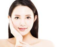 Jeune visage asiatique de beauté de plan rapproché d'isolement Images stock