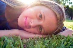 Jeune visage de sourire de fille Le gentil enfant se réjouit photographie stock libre de droits