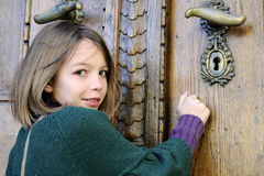 jeune visiteur frappant sur la trappe de musée Images stock