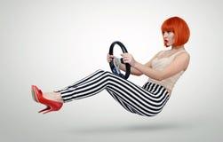 Jeune voiture à la mode de conducteur de fille avec une roue, concept automatique image stock