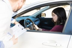 Jeune voiture de Learning To Drive d'étudiant image libre de droits