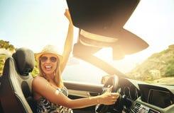 Jeune voiture de sourire et de monte femelle à la mode photographie stock libre de droits