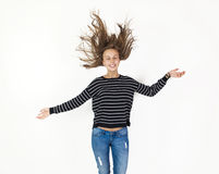 Jeune vol de fille de beauté dans le saut avec les cheveux bruns Photos stock