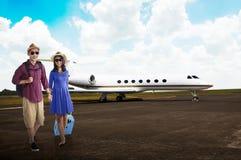 Jeune voyage asiatique de couples ainsi que l'avion Photographie stock