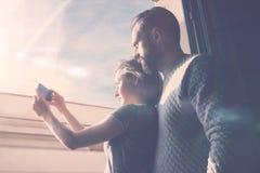 Jeune voyage d'été de couples Femme de photo et homme barbu faisant le téléphone portable de selfie Utilisant le smartphone conte Images stock