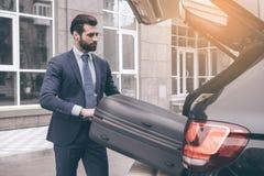 Jeune voyage d'homme d'affaires en seule la voiture Photographie stock