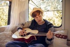 Jeune voyageur dans son camping-car photographie stock