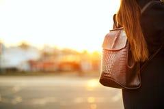 Jeune voyageur de femme de brune attendant un taxi à la route L'espace pour le texte images stock