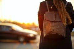 Jeune voyageur de femme de brune attendant un taxi à la rue image stock